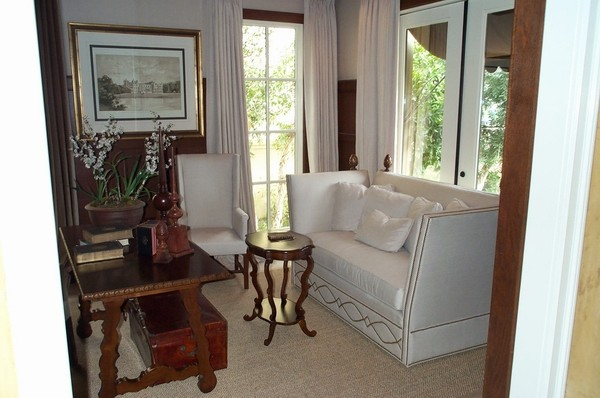 木制家具和白色沙发 。