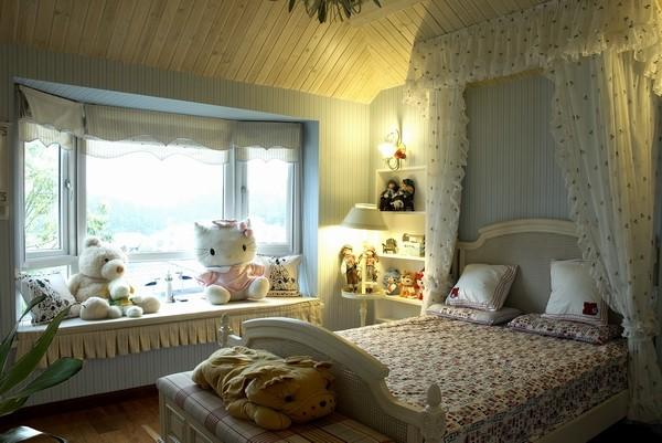 木质吊顶和条纹墙纸的搭配,使整个房间更为温馨,床的衬托更为和谐自然。