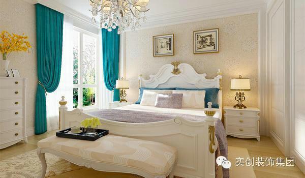 木质纹理的地板之上,纯白五斗柜,显得纯净美好。经典的简欧床品、衣柜,配以亮黄色的花儿和醒目耀眼的花蕊,使整个卧室生机勃勃。卧室床的背景墙处,两幅挂画成为美感的来源。