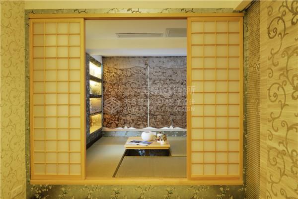 日式的榻榻米,中间的升降小桌由一个隐藏的摇杆所控制.升起时,可喝茶聊天可打牌;收起时,可作床的功能使用.而四周的没一个小方格下面都是储藏空间,旁边的展示柜可以放主人喜欢的饰品和充满回忆的相片