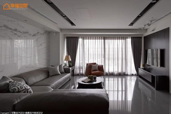 选择低椅背的沙发款式,尽情展露东方白石材的山水画意境,成为步入客厅的端景墙。