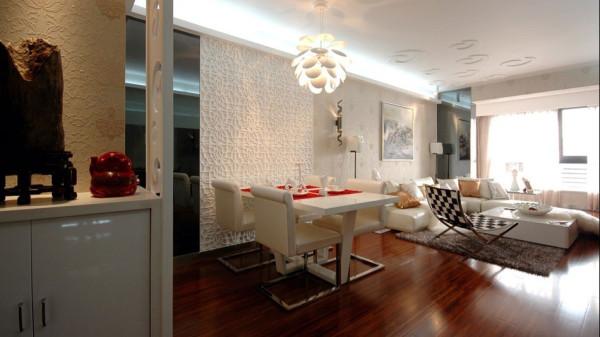 白色的皮毛饰毯传达出浪漫唯美的情感,金银二色的靠垫则闪烁着时尚的节拍。背景墙上的剪影勾勒出女性的柔美线条,还有灵动的蝴蝶,为客厅增添了一抹优雅的诱惑和生动的色彩。