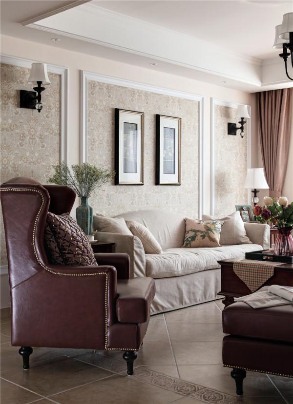 同色调的墙纸和木饰面相对比相融合。客厅电视柜上仿古的花架上紫色薰衣草花朵灿烂,