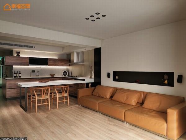 沙发背墙设计一处线性凹槽的置物区,并采用不锈钢烤漆做为立面表现,线条利落分明。