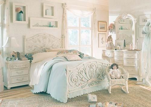 法式风格 法式洛可可风格的家具制作工艺精细考究,细节上注重雕花线条,可以感受到那种秀气和高雅以及融于其中的韵律美。造旧的白色简单不失高贵,使氛围柔和典雅,散发出浓郁的法式古典气息,令人眼前一亮。
