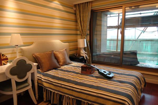 欧美风情 兼顾了欧式的高贵和美式的舒适,正如这把发祥于南欧兴起在夏威夷的乌克丽丽,完美糅合了欧美风情各自的特点。墙面和床单类似的配色和条纹让氛围更加和谐,清新的色彩也给整个房间注入了活力。