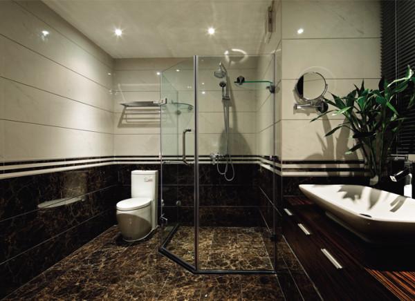 强烈明度对比的墙地面砖让空间顿时变得厚重,奢华。
