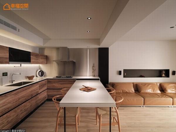来到餐厅,可以弹性调整长度的餐桌,满足了餐叙的机能;厨房立面使用了KD板材与不锈钢来构组让空间层次更加丰富,其细腻质感更是让人隽永回味。