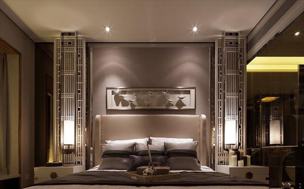 简欧风格 设计师把卧室的墙壁设计成淡紫色,床头背景墙两边的框画造型与中间的艺术雕刻花分别来自东方美与西方美。简欧是中式的混搭让中式更显年轻,让简欧更显韵味。