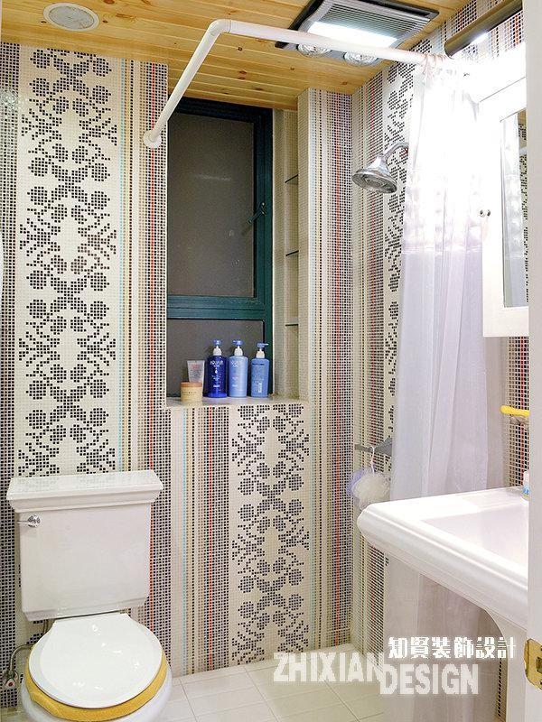 卫浴墙壁采用小马赛克拼贴,配合纯白的物件和地面,顿生一种清新的细腻感。
