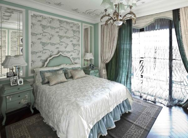 法式新古典家具摒弃了洛可可风格的繁复装饰,追求简洁自然之美同时保留了欧式家具的线条轮廓,细节上强调家具的舒适度和时代感。做旧的床头柜上白色的印花、雪纺床单、床后的装饰墙完美融合,营造出清新浪漫的氛围。