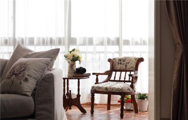 作品在设计选材上的设计创新点:在开放的空间里以暖色调为主,复古图案的米色墙纸,棕木饰面隔板,