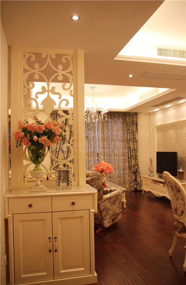 推开这扇门,映入眼帘的是及具特色的玄关隔断,采用通透式隔断的处理方式来塑造玄关造型,米白色的混水油漆配合欧式线条来塑造有层次的造型显得精细雅致。