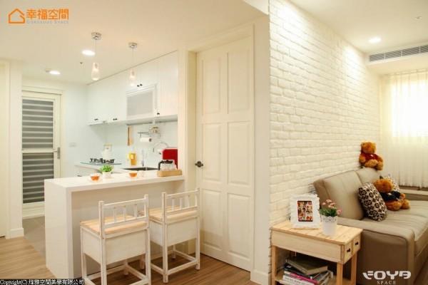 将原有的厨房隔间打掉,以开放式、中岛吧台的餐厨空间来表现。