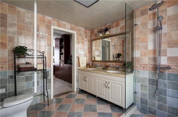 对应拱形门廊深色复古浮雕面地板装点的电视墙、卫生间干区半高墙砖突出亮点。