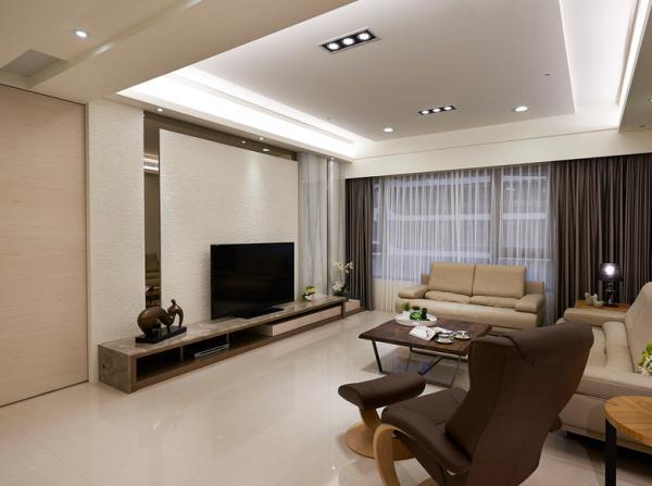 在电视主墙的质材运用上,以瑞士泥与茶镜相互搭配,让细腻的质感缔造高品味