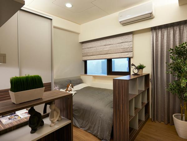 以沉稳的基调,让休憩空间纯粹乾净,通往阳台的走道更以矮柜来区隔。