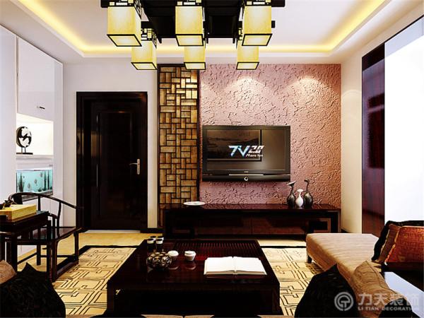 电视背景墙采用的是极具中国特色的万字格及淡紫色硅藻泥,硅藻泥不仅具有良好的纹理而且还有吸附作用,搭配实木家具,凸显了中式风格的古典韵味