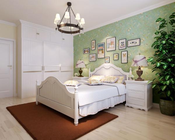 法式风格 铁艺吊灯和中轴对称的白色家具保留了文艺复兴的气息,时尚的照片墙则是现代风格的呈现。浅绿的墙纸和绿植让房间多了一丝田园的味道,深褐色的地毯则让氛围回归了质朴沉稳,交融的空间的立体感更加分明。