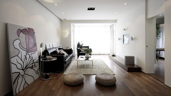 在设计时考虑了家庭成员的数量,访客量和家族风格,它通过摆设家具,建立了一个稳定的区域,在所提供的空间里满足需求。
