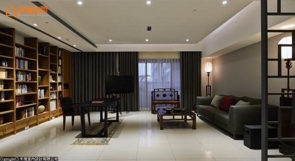 取消以往制式安排的电视主墙,让客厅、书房形成连结开敞的格局关系。
