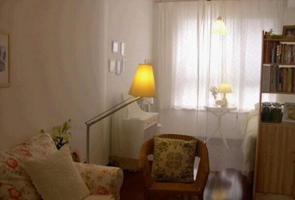 简单的一居室,巧妙的落地灯,薄纱的窗帘,为卧室注入了轻松、随意的元素,使整个空间在明媚中蕴涵着沉静的气息。
