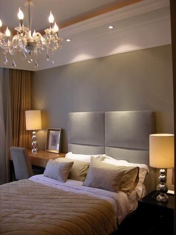 家具 与硬装修上的欧式细节应该是相称的,选择暗红色或白色、带有西方复古图案、线条以及非常西化的造型,实木边桌及餐桌椅都应该有着精细的曲线或图案。