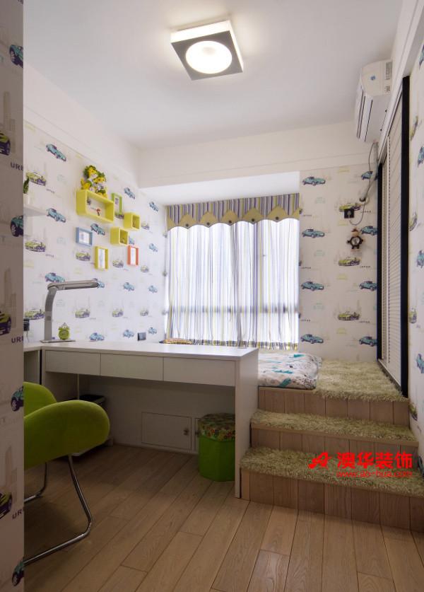 儿童房简单实用,在定制的榻榻米上铺满了薄荷绿的清新毛毯,弥漫着春天的气息。    同样是定制而成的书桌,将儿童房合理分为休息区和工作区,将空间功能实现最大化。