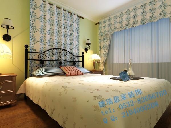 卧室:蓝色花纹窗帘很好的点缀了地中海风格的卧室,独特的锻打铁艺床头与台灯也是有着地中海风格的鲜明特征。