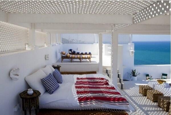 阳台上休憩,享受阳光和海风。