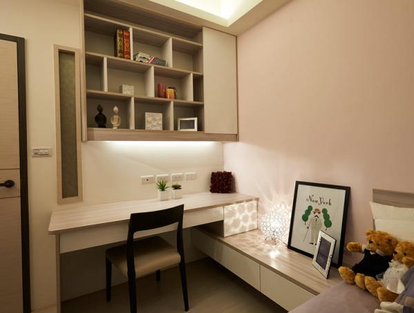 浪漫的粉色系表现柔美氛围,设计师同时整合床头边柜及书桌,以交叉的方式充分利用每个空间。