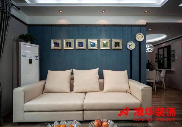 客厅的软装布置也很有格调,从网上淘回来的可爱餐盘,装扮出了童真的气息。 素雅的奶白色沙发与纯蓝色条纹木板背景墙,搭配出蓝天白云的浪漫。