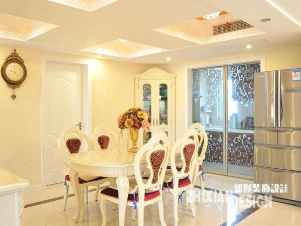 将视线下移,花边形设计的欧式餐桌椅,以温润的乳白色入镜,配合周边设计精巧的餐厅家具,不遑多让。