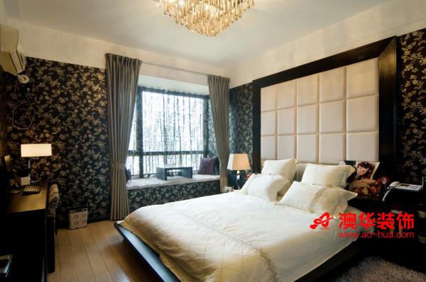 主卧室典雅稳重,白色正方形软包纯洁靓丽,柔软舒适的质感给人轻松自在的休憩环境。     全房铺满的雅致黑底环保墙纸,一股雍容气质油然而生。