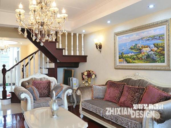 造型优雅的沙发组合成客厅绝对的视觉中心,作为锦上添花之作而存在的插花、挂画、壁灯...更是将这种低调的奢华感和淡雅节制的韵味,勾画出风情并茂的姿态。