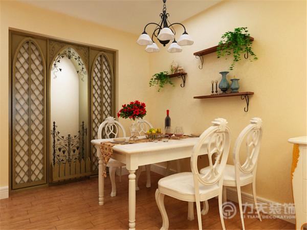 餐厅背景墙一边采用镶嵌式柜子,一边为樘板装饰,和照片相结合的方式。