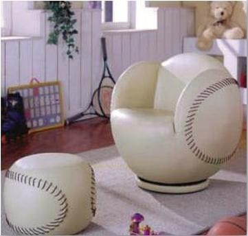 沙发造型是由足球演变而来的,十分富有新意。以足球为设计灵感制成的沙发,深受热爱足球的大人小孩们的喜爱,凸显了空间内的运动风格。