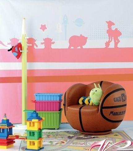 沙发造型是由篮球演变而来的,十分富有新意。以篮球为设计灵感制成的沙发,深受热爱篮球的大人小孩们的喜爱,凸显了空间内的运动风格。