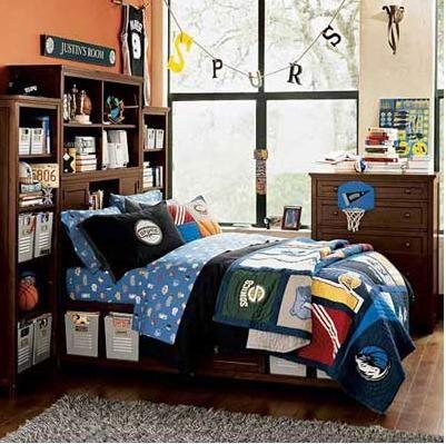 把喜爱的球队穿在身上、挂上墙上、晾在绳上、印在书上……如果这一切还不够表达自己对篮球的喜爱,只好睡觉也搂着他们了