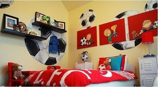 男孩房的足球主题装饰更为可爱、明艳,较适合更为低龄的小男孩,背景墙上或大或小的足球,与房中的足球沙发作了虚与实的呼应。