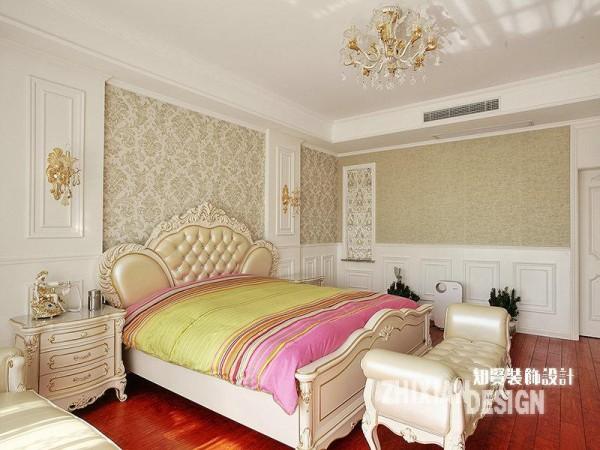 同样位于二楼的卧室,设计比前多了几分雍容和闲适。床尾和床旁的贵妃榻同属于一类设计,与卧床相得益彰。墙板设计作为北欧风的典型元素,配合大马士壁纸,无形中更为空间添了几分慵懒的风情。