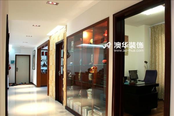半透明的书房隔墙是一个书架兼装饰柜,雍容大气,气势恢宏,带有大宅风范。