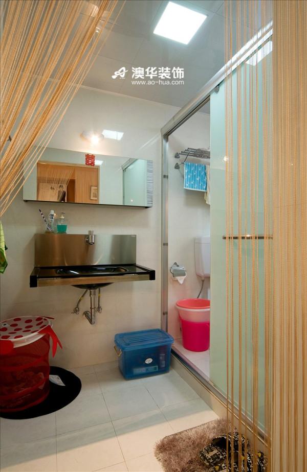 拨开橙黄色珠帘,整洁一新的卫生巾映入眼帘。简单的卫浴布置合理,节省空间。