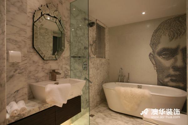 整洁干净的卫生间清爽时尚,马赛克拼贴出的欧洲半张脸谱,洋溢着浓郁的欧美范。透明玻璃的迷你隔断,保证视觉上的通透明朗,同时起到了划分空间的作用。