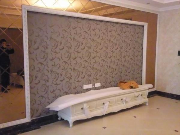 电视墙采用墙纸饰面,在装上灰镜,效果明显高端大气。