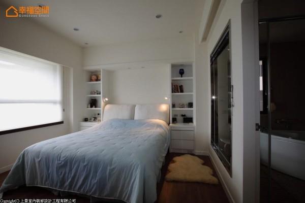 对称的床头展示柜,以主人收藏为房间妆点独特个性。