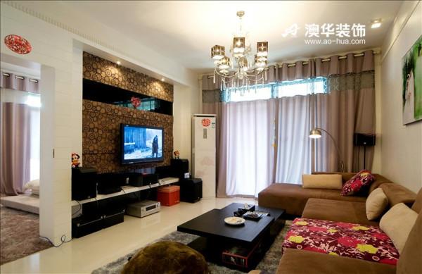 华丽质感的电视背景墙,引入墙纸+镜面的时尚搭配,都是年轻人喜爱的元素。在空间色调上,选择在轻盈舒适的色彩中,点缀上活泼靓丽的红色和黄色,带给人一份好心情。