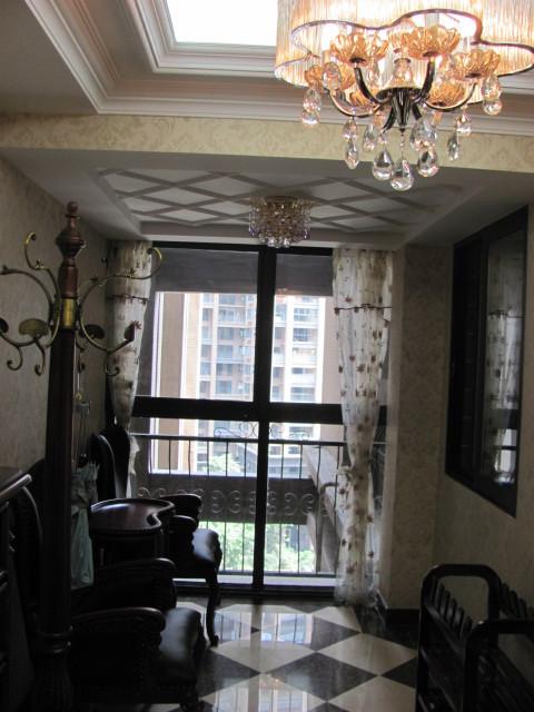 欧式家具的摆放,整个空间就饱满自然,所以整个房子的效果还是要看软装的搭配,软装搭配好了整个房间的效果就出来了,当然本次设计吊顶上面也采用很多石膏线条,层次清晰明了。