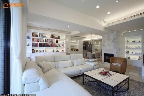 以白色为基底,让丰富的藏书与相框,成为客厅的布置亮点。