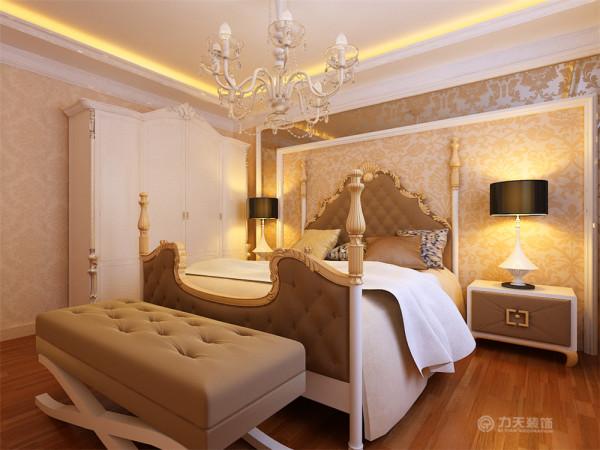 在家具的选择上,主要以浅色布和白色木质,体现温馨,浪漫的感觉。卧室的设计与客餐厅的相承接,床头背景运用印花玻璃和壁纸的结合,整个卧室贴浅色暖色壁纸。